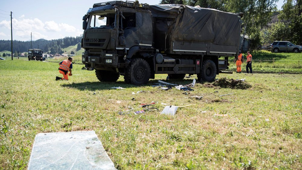 Le camion accidenté et couché sur le flanc a été remis sur ses roues pour être examiné par des spécialistes.