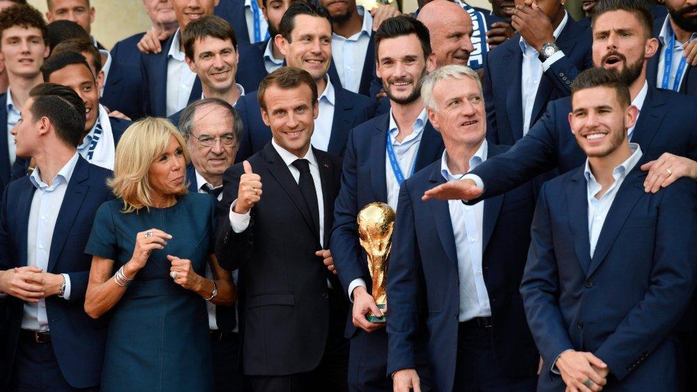 Quel bénéfice Emmanuel Macron (au centre, pouce levé) pourra-t-il tirer de la victoire des Bleus à la Coupe du monde?