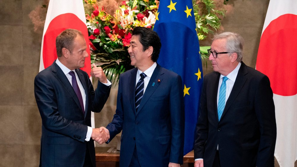 Donald Tusk (à gauche), Shinzo Abe (au centre) et Jean-Claude Juncker, hier, à Tokyo.