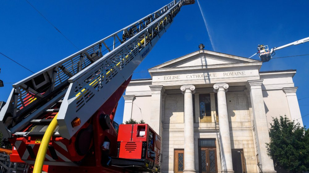 Les pompiers affirment que tout l'intérieur va s'effondrer.