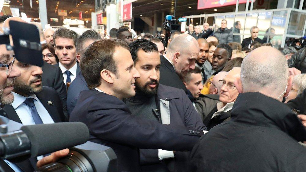 Le président français est en difficulté à la suite de sa mauvaise gestion  des dérapages de son ancien protégé Alexandre Benalla (à dr.).