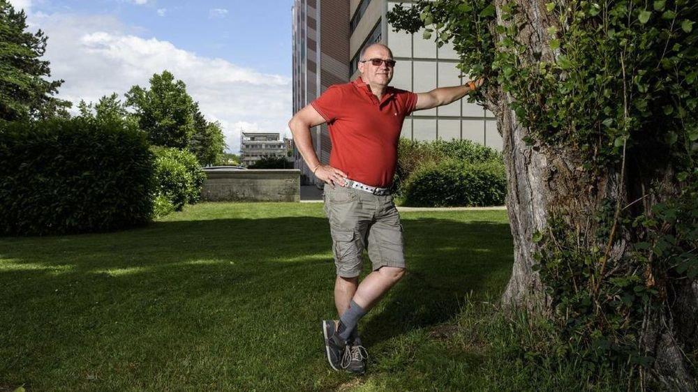 Alain Gonthier, devant l'immeuble de sa jeunesse.