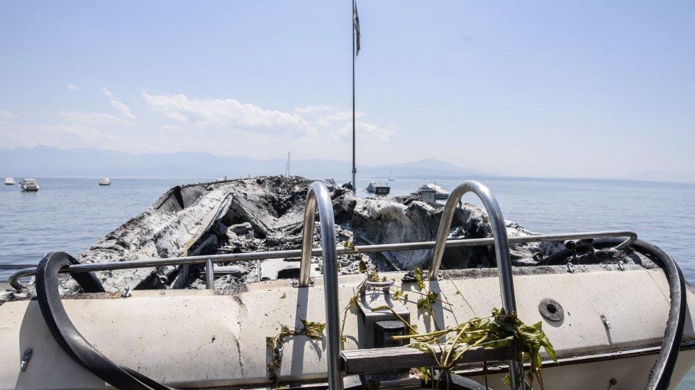 Le bateau est très endommagé. Les soldats du feu l'ont tracté jusqu'au chantier Blanchard Marine qui l'a sorti de l'eau.