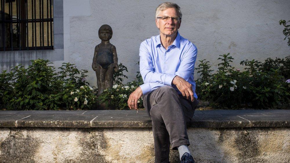 Jean-Luc Blondel, nouveau président des Amis des Musées de Nyon pose devant le château de Nyon.