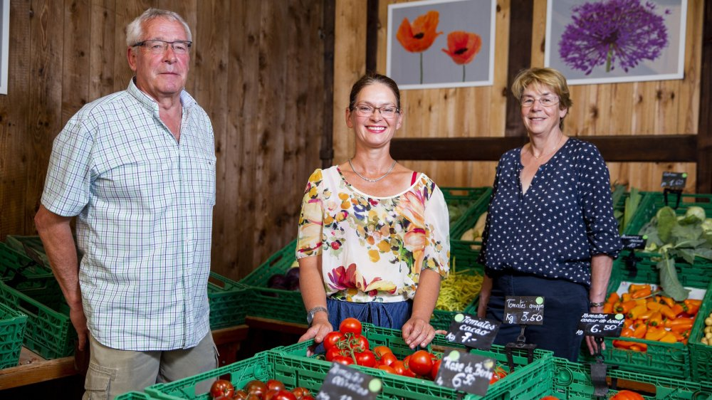 Bertrand et Martine Meldem confient les rênes du Marché paysan à leur amie Roseline Baud (au centre).