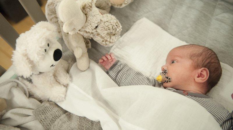 Santé: les bébés qui mangent des aliments solides dorment - un peu - mieux