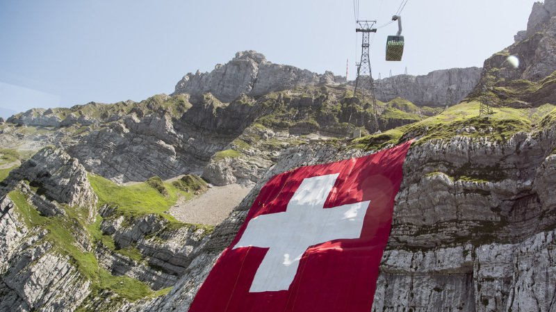 Une évacuation sur la montagne de James Bond, une tirelire numérique pour enfant et la chute du pape à Genève... l'actu suisse vue du reste du monde