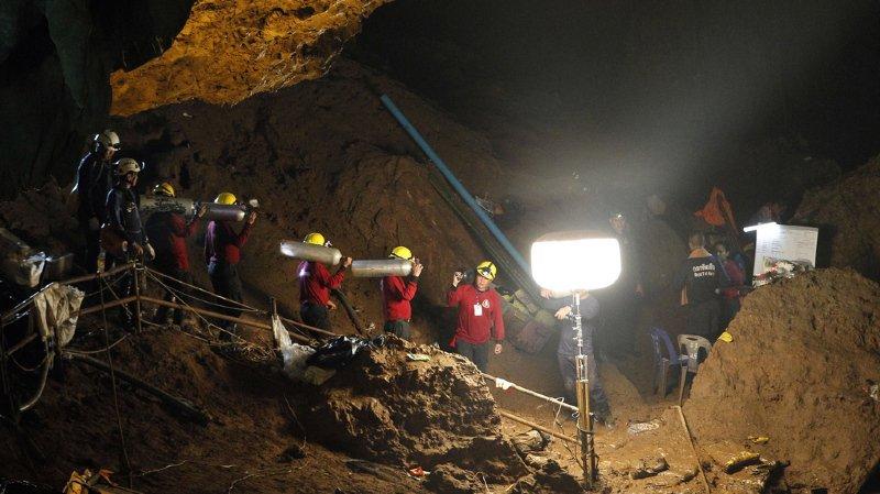 Thaïlande: les 12 adolescents passent une huitième nuit coincés dans la grotte