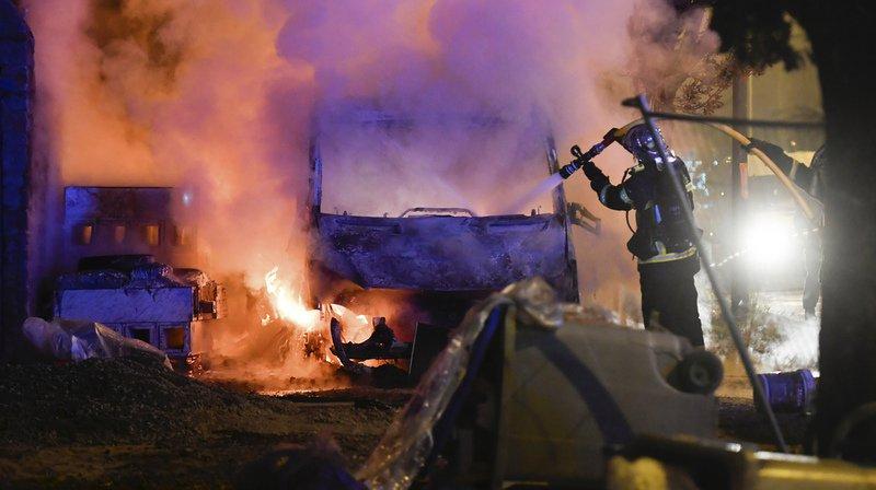 Une dizaine de véhicules ont été incendiés, alors que les violences continuent à Nantes.