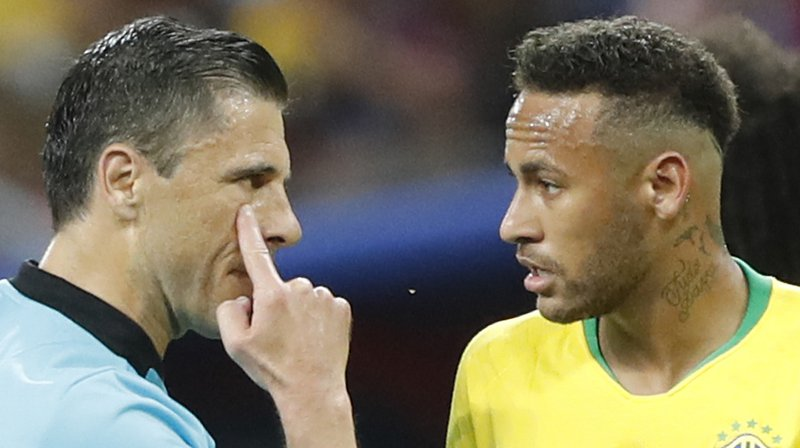"Football: Neymar reconnaît qu'il exagère ""parfois"""