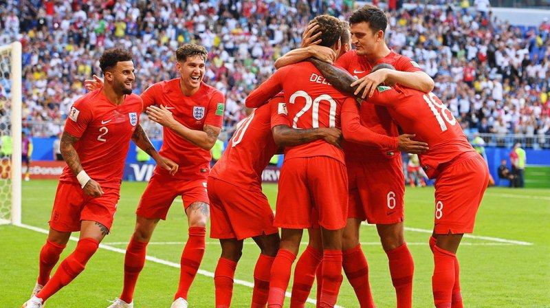 Dele Alli (au centre) célébrant avec son équipe son deuxième but.
