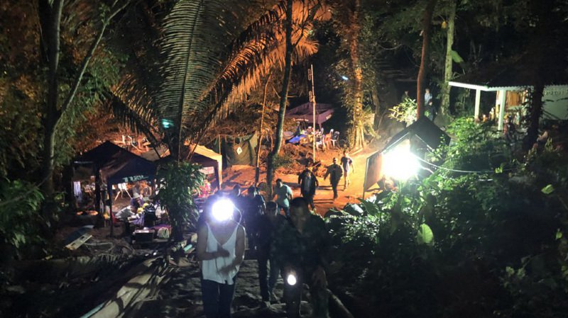Les secouristes vont tenter d'extraire les cinq jeunes encore coincés dans la grotte inondée en Thaïlande. Elon Musk est sur place pour les aider.