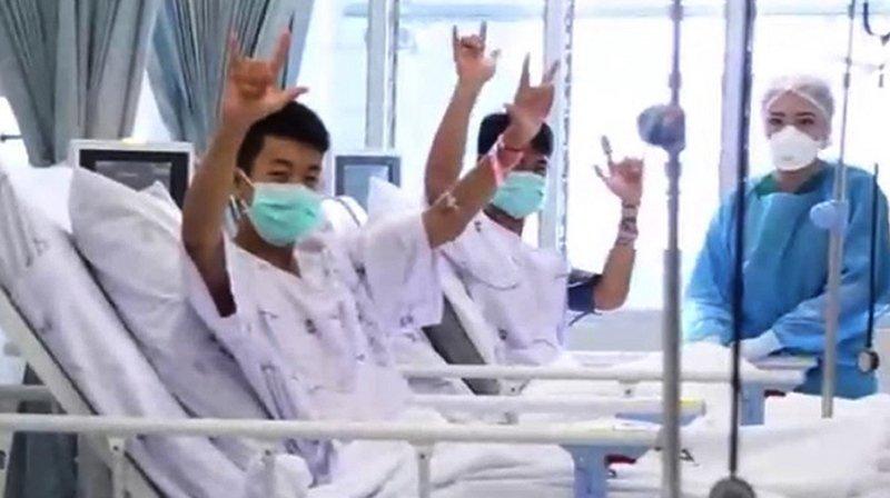 """Thaïlande: certains des ados sortis """"endormis"""" de la grotte inondée"""