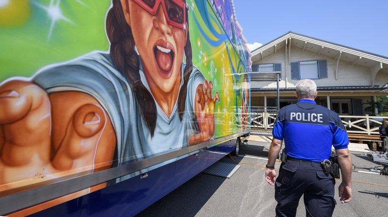Une policier attend devant le chalet ou un forain s'est retranche avec sa famille pour éviter l'évacuation. Le chalet  qu'il a construit illégalement, suite a une décision du Tribunal fédéral, l'Etat de Geneve a ordonne l'evacuation de la batisse, ce mercredi 25 juillet 2018. a la Bécassière, à Versoix.