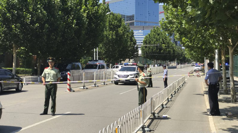 L'attaque n'a blessé que son auteur, mais les forces de l'ordre ont tout de même bouclé le quartier des ambassades.