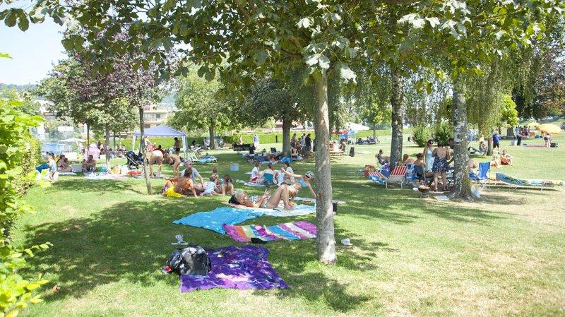L'été, la plage de Rolle est très fréquentée. Ainsi, les autorités veulent combattre les voitures tampons.