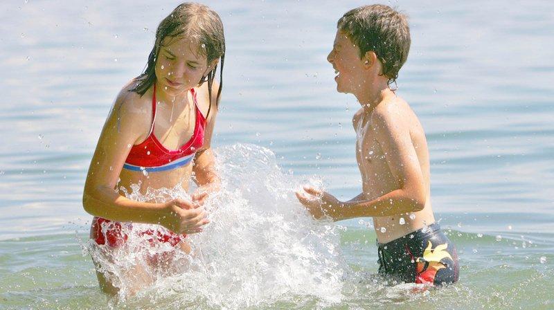 Des jeunes qui se baignent un jour d'été (photo d'illustration).