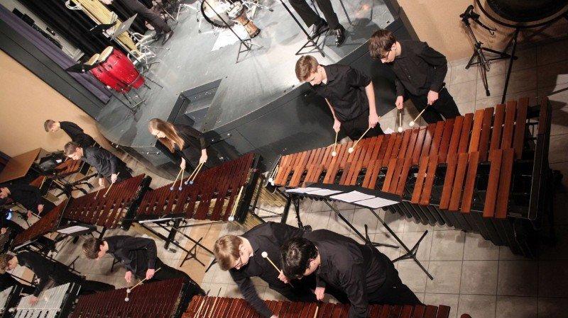Le Centre de Percussions de La Côte sera accompagné d'une harpiste et d'un violoniste.