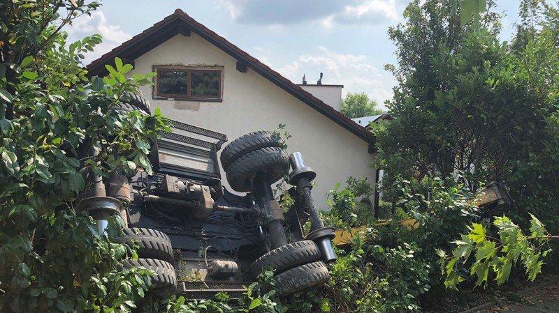 Une pelleteuse occupée à des travaux de réfection d'une voie ferrée a terminé sa journée dans le jardin d'une maison familiale