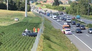 Pas facile de ressortir la voiture accidentée de son champ de patates à Arnex