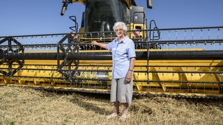 Luins: à 90 ans, elle conduit une moissonneuse-batteuse