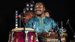 Le percussionniste Baba Konaté, ouvreur de voies