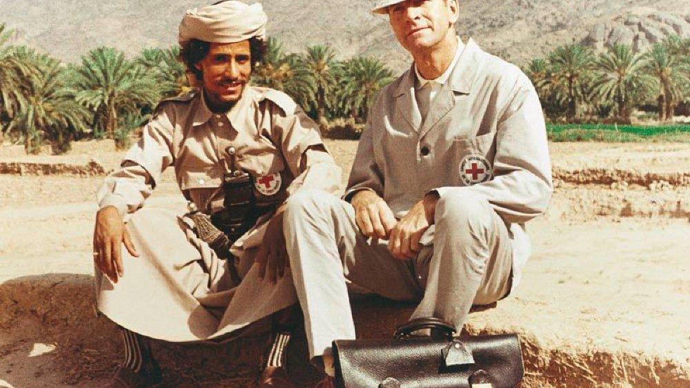 André Rochat, dans les années 1960 au Yémen, avec son garde du corps personnel. Il le retrouvera 40 ans plus tard, lors du tournage du film de Frédéric Gonseth.