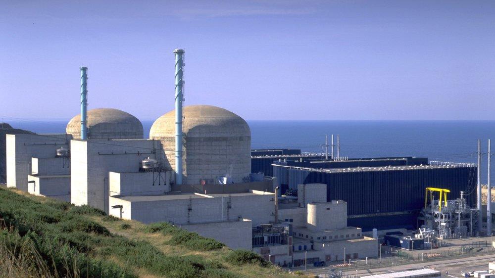 La centrale nucléaire de Flamanville (Manche) est censée remplacer celle, vieillissante, de Fessenheim, en Alsace. Or, le chantier traîne...