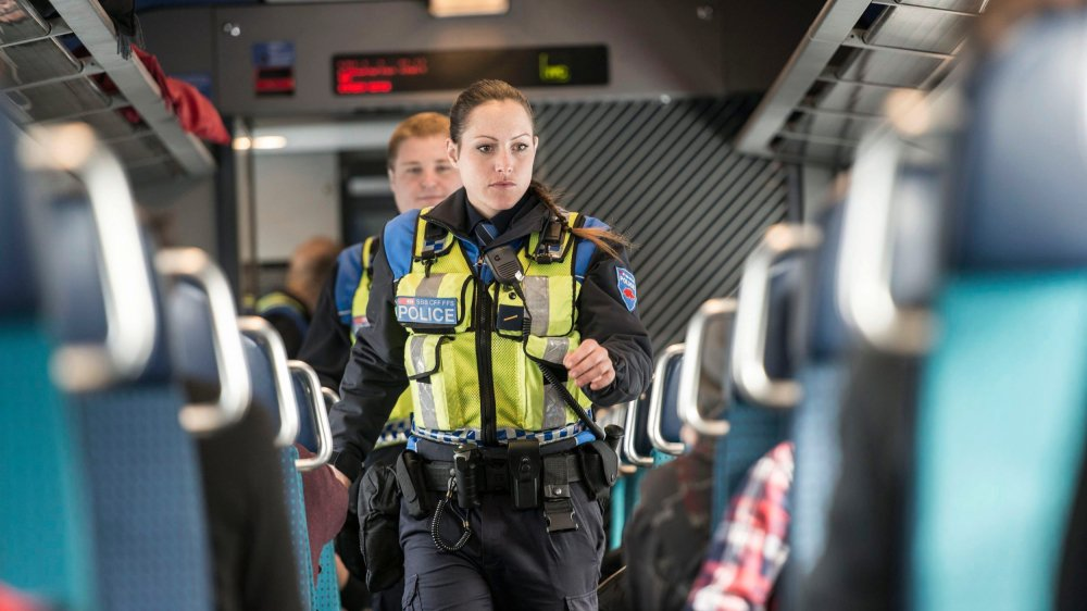 La police des transports CFF emploie plus de 190 agents. Assermentés, ils n'ont cependant pas les mêmes compétences que leurs homologues des cantons. Ils peuvent, par exemple, procéder à des interpellations, mais les enquêtes sont de la responsabilité des polices cantonales.