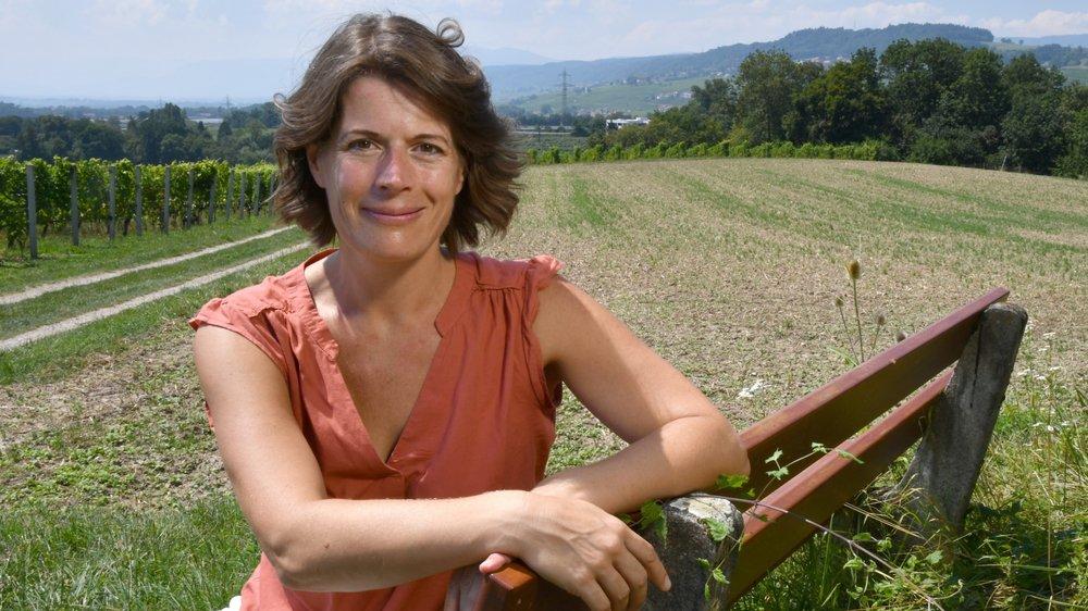 Renate Albrecher sur un des bancs qu'elle affectionne en pleine nature, à Etoy, parmi les vignes et face au Léman.