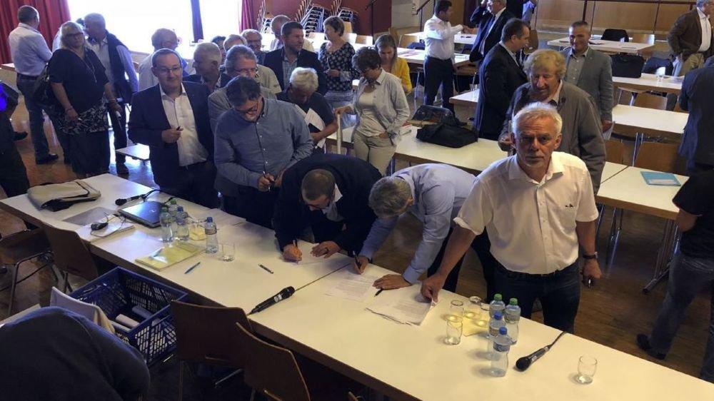 """Réunis jeudi à Begnins, les syndics se sont pressés pour signer un manifeste intitulé """"le Canton veut-il tuer la poule qui fait l'oeuf?""""."""