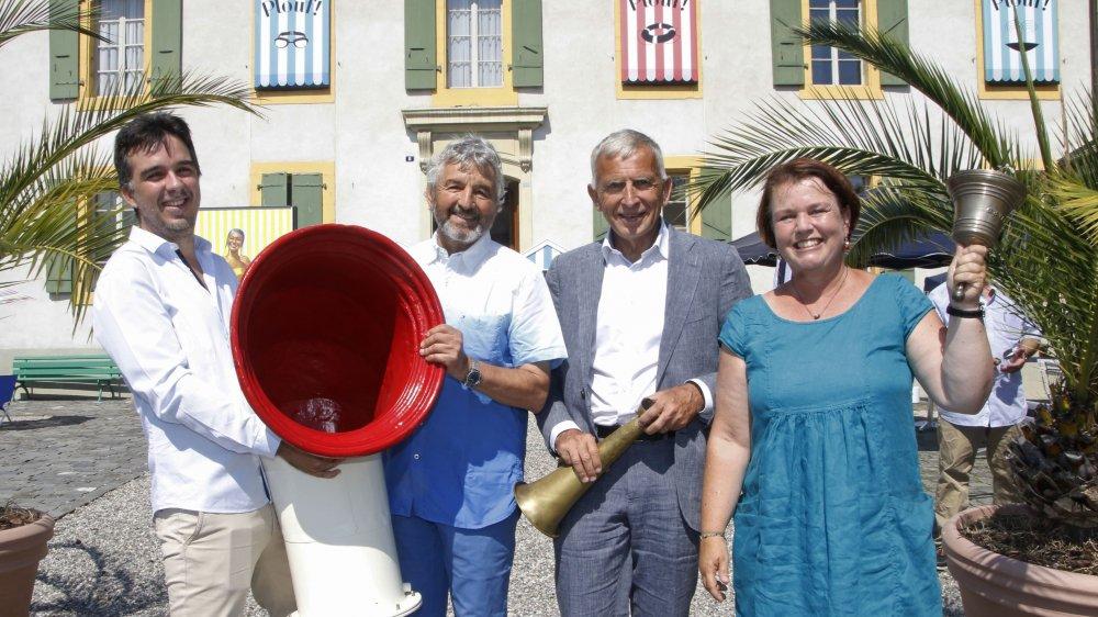 Lionel Gauthier, conservateur, Daniel Rossellat, syndic et Fabienne Freymond-Cantone, municipale (à dr.) ont reçu officiellement les archives de la CGN de la part du président de son Conseil d'administration, Rémi Walbaum (en costume gris).