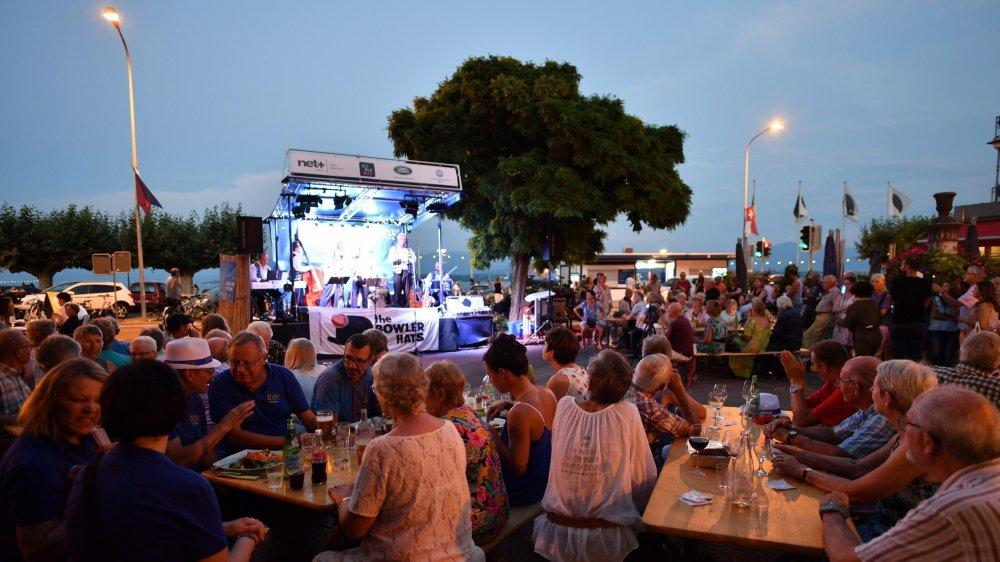 Il y avait foule sur la place du Molard, vendredi à Rive Jazzy qui accueillait le groupe de dixieland The Bowler Hats.