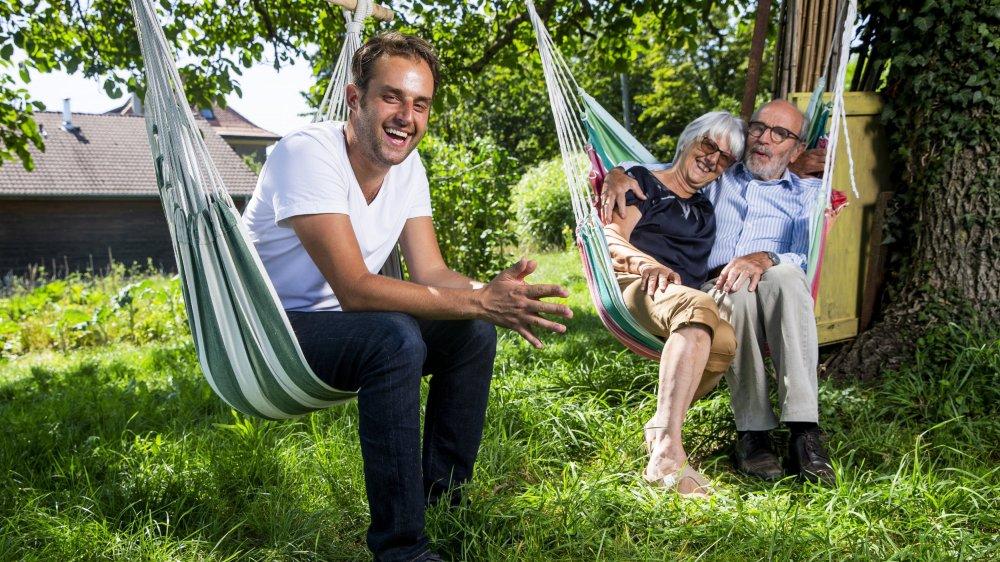 Simon Romang avec ses parents, Christiane et Jean-Jacques, confortablement installés dans leur jardin d'Apples. Le lieu où tout, ou presque, était permis, quand Simon était enfant.