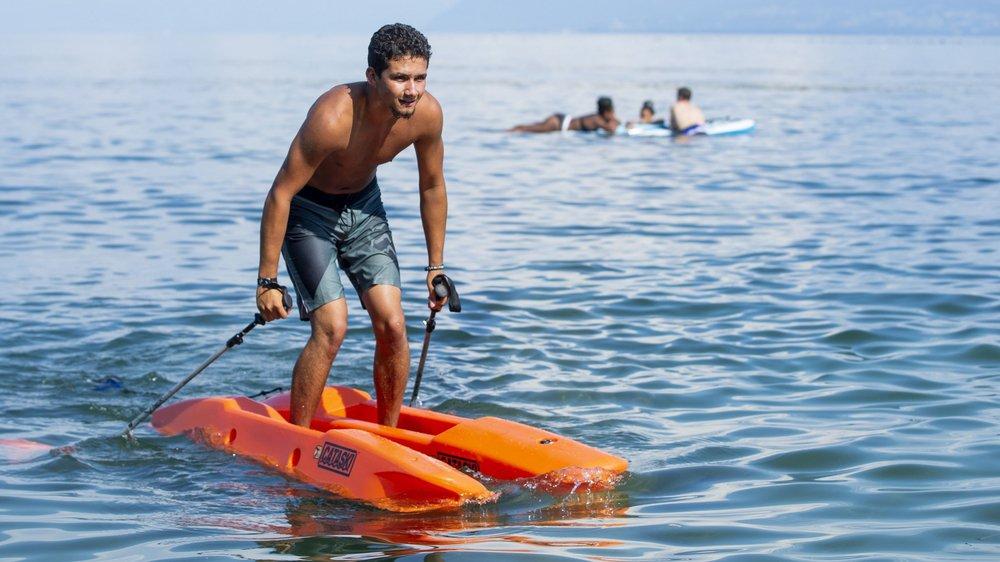 Dino Gelmi, membre de Surfbike Gland, a eu l'honneur d'être le premier à tester les cataskis sur les eaux suisses.