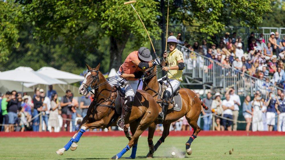 Cette finale de haute volée a fini par tourner à l'avantage du Cardo Polo Team (rose), vainqueur de l'Okapi Polo Team (jaune).