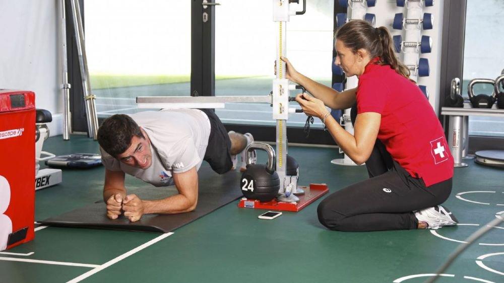 Les exercices de gainage s'enchaînent pour Grégoire Siegwart, sous la houlette d'Ellen Sprunger, coordinatrice santé/performance à l'Hôpital de La Tour.