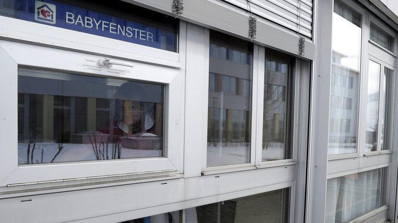 Il s'agit du treizième nouveau-né abandonné auprès de l'hôpital d'Einsiedeln depuis la mise en place de la boîte à bébé en 2001.