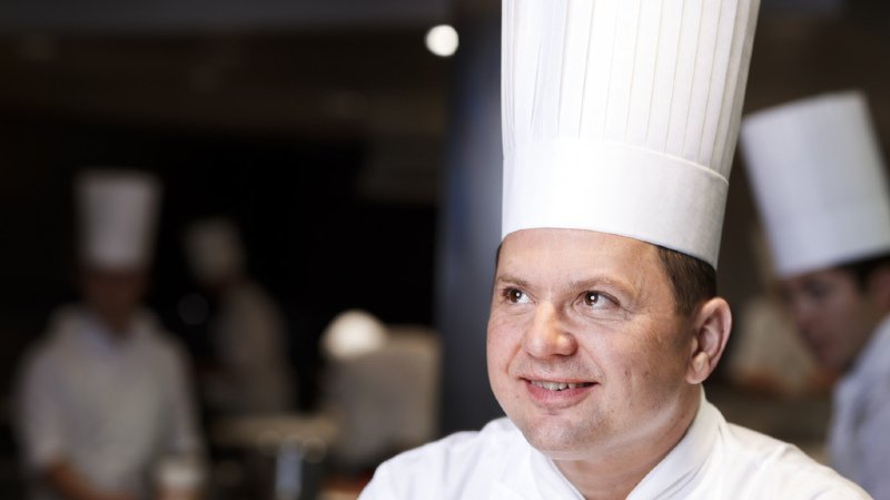 Agé de 44 ans, Franck Giovannini, a été distingué à plusieurs reprises par le milieu: dès 2016, il obtient trois étoiles du guide Michelin et en 2018, le titre de cuisinier de l'année du guide Gault et Millau suisse.