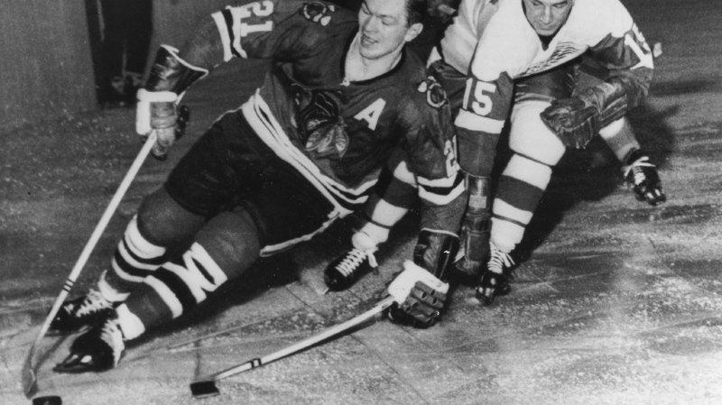 Stan Mikita, à gauche sur la photo, a disputé 1549 rencontres avec les Chicago Blackhawks entre 1959 et 1980.