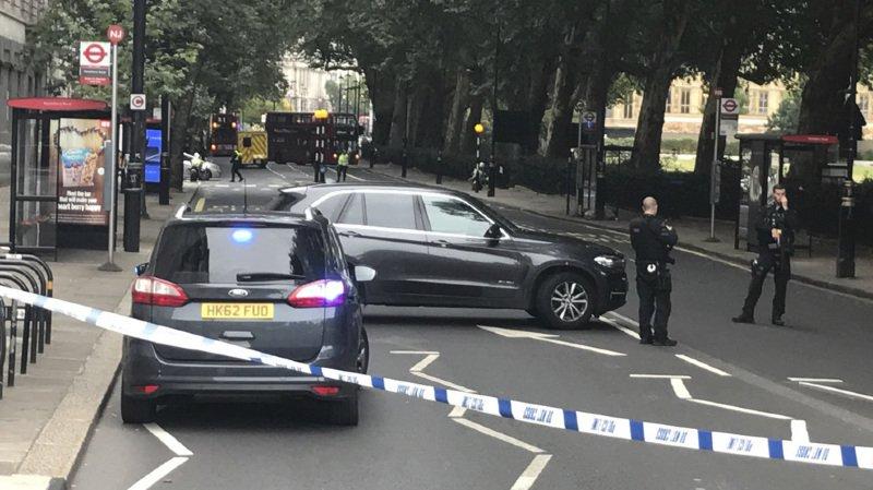 """Londres: une voiture fait trois blessés devant le Parlement, l'auteur soupçonné """"d'actes terroristes"""""""