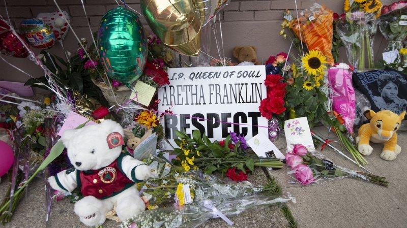 Depuis l'annonce de la mort de la chanteuse Aretha Franklin, les hommages affluent devant l'église baptise de New Bethal, à Détroit.
