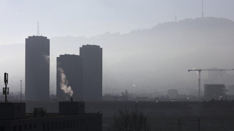 Les valeurs limites de l'ozone - 120 microgrammes par mètre cube (μg/m3) - sont dépassées presque partout, révèle le rapport. Ici une vue de Zurich.