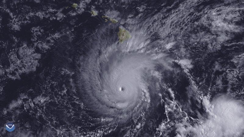 """""""L'oeil de l'ouragan devrait aller très près, ou même passer au-dessus, des principales îles d'Hawaï entre jeudi et samedi"""", selon le service météorologique national (NWS)."""