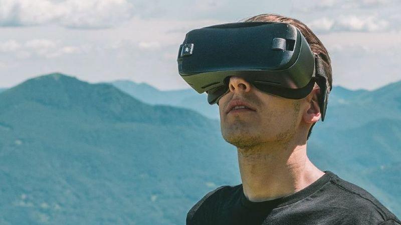 Il est recommandé d'utiliser des lunettes de réalité virtuelle pour apprécier au mieux le voyage.