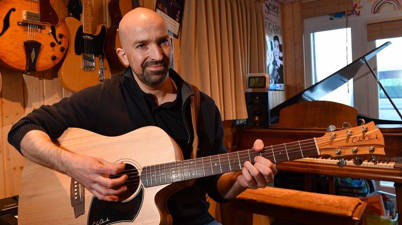 Lionel Buiret, le musicien de l'association Les Notes pétillantes, à Saint-Oyens.