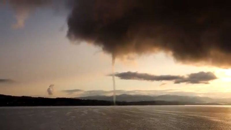 Météo: la vague de froid sur les lacs encore chauds de Constance, Zurich et Zoug provoque des trombes d'eau