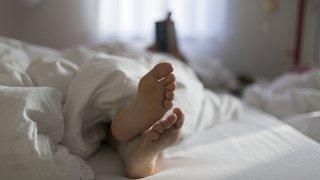 Sommeil: ceux qui dorment du côté droit du lit seraient plus grognons