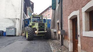 Une roulotte d'une société de Jeunesse coincée dans la vieille-ville de Cossonay