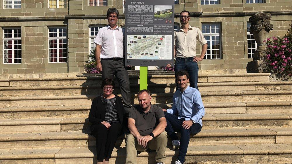 Les principaux acteurs du projet, de gauche à droite: Oscar Cherbuin directeur de l'Arcam, Anne-Lise Rime syndique de L'Isle, Eric Hostettler municipal à L'Isle, Maxime Gervasi, chef de projet tourisme à l'Arcam et Rémi Vuichard, directeur adjoint du Parc Jura vaudois.